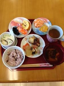 ・昼食~紅白なます・かまぼこ・伊達巻・煮豆・鱈の煮物・大根の煮物           人参きんぴら・玉子寒天・栗きんとん・茶碗蒸し・赤飯・お吸い物